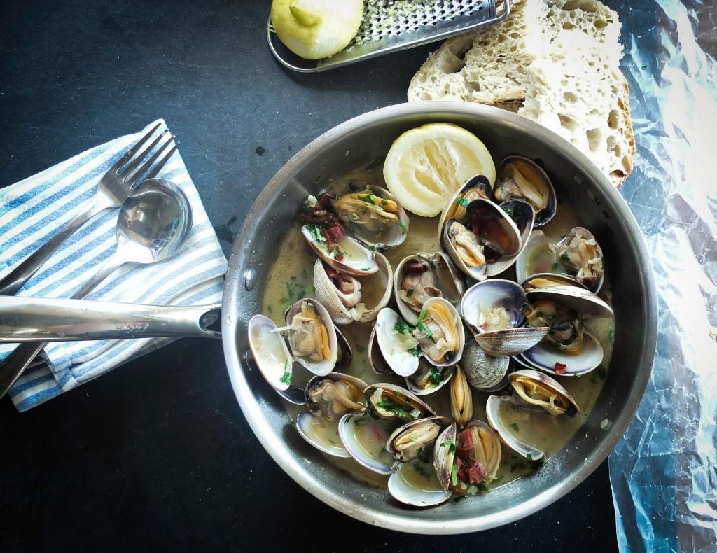 Muscheln mit Sardellen in Weißweinsoße